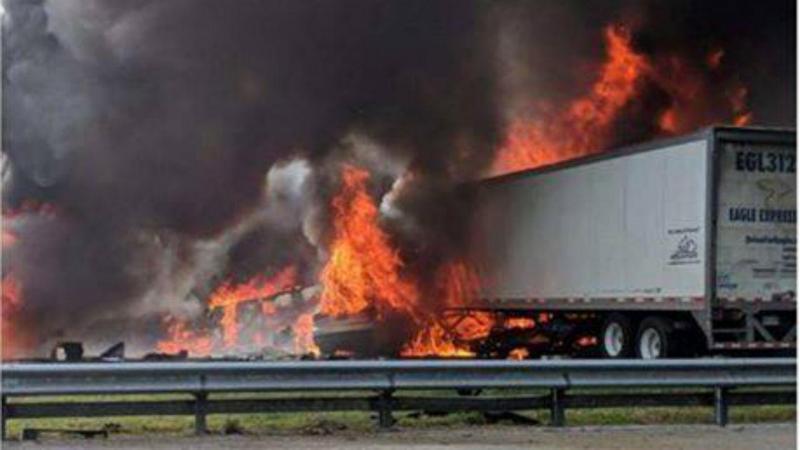 Um choque em cadeia entre dois camiões e dois carros provocou um incêndio de grandes dimensões