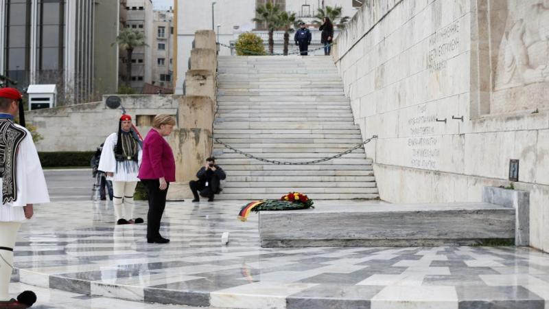 Angela Merkel presta tributo ao soldado desconhecido em Atenas