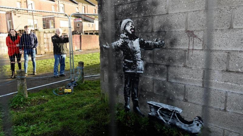 Obra de Bansky numa das ruas do País de Gales