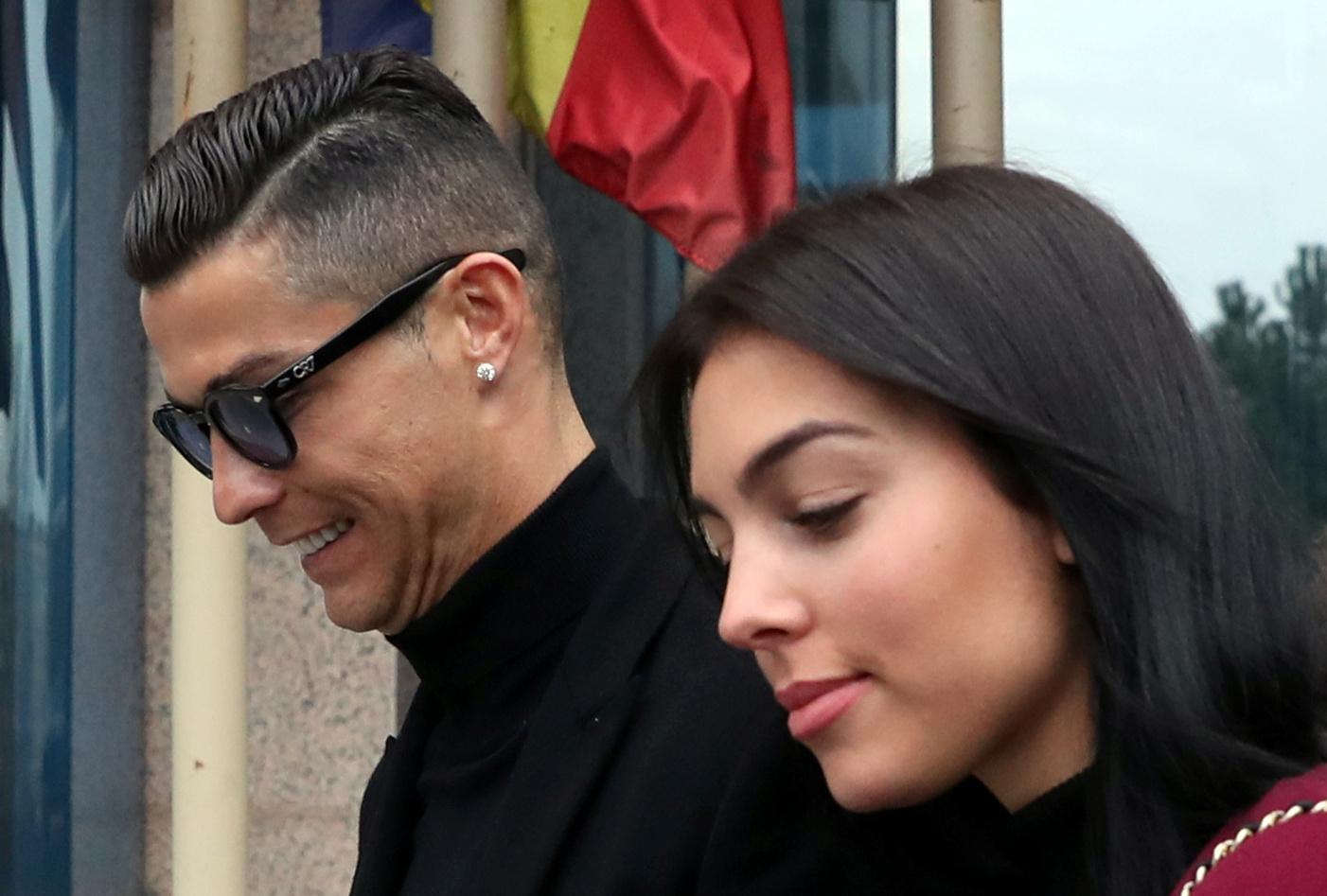 Ao lado de Georgina Rodríguez, Cristiano Ronaldo assiste a jogo em Alvalade