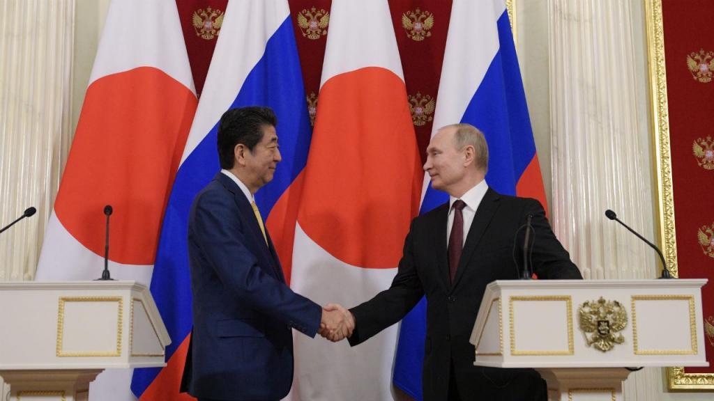 Presidente da Rússia, Vladimir Putin, e o primeiro-ministro do Japão, Shinzo Abe