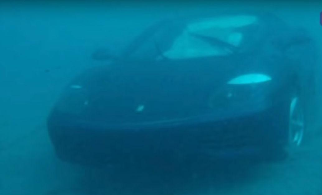 Ferrari 360 Modena dentro de água (reprodução YouTube «WPTV News»)