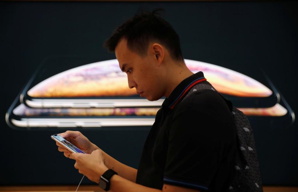 Consumidor experimenta novo iPhone da Apple