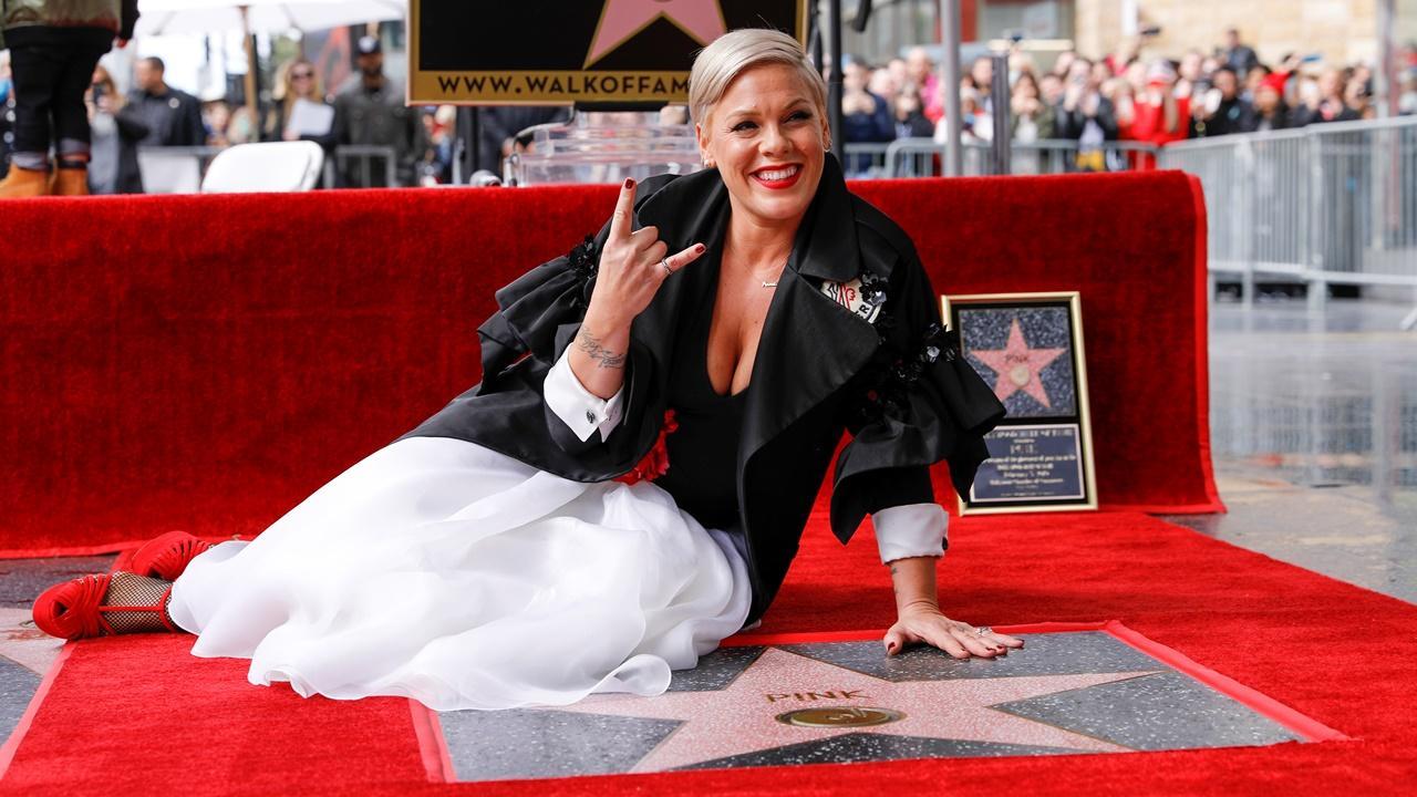 Pink recebe estrela no Passeio da Fama