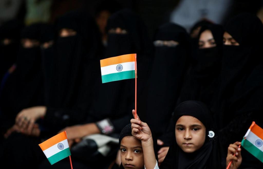 Meninos com bandeiras da Índia