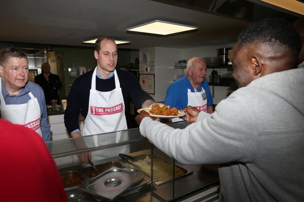 Príncipe William cozinha para sem abrigo na associação