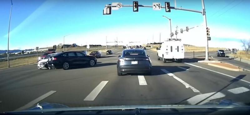 Testa Model 3 evita acidente (reprodução YouTube)