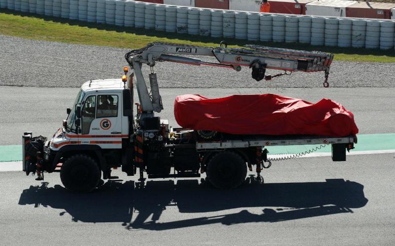 Ferrari de Sebastian Vettel é removido da pista (Reuters)