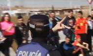 Polícia controla adeptos à saída do treino do Real Madrid