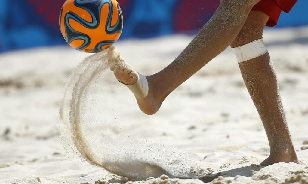 Futebol de praia (REUTERS/Kai Pfaffenbach)