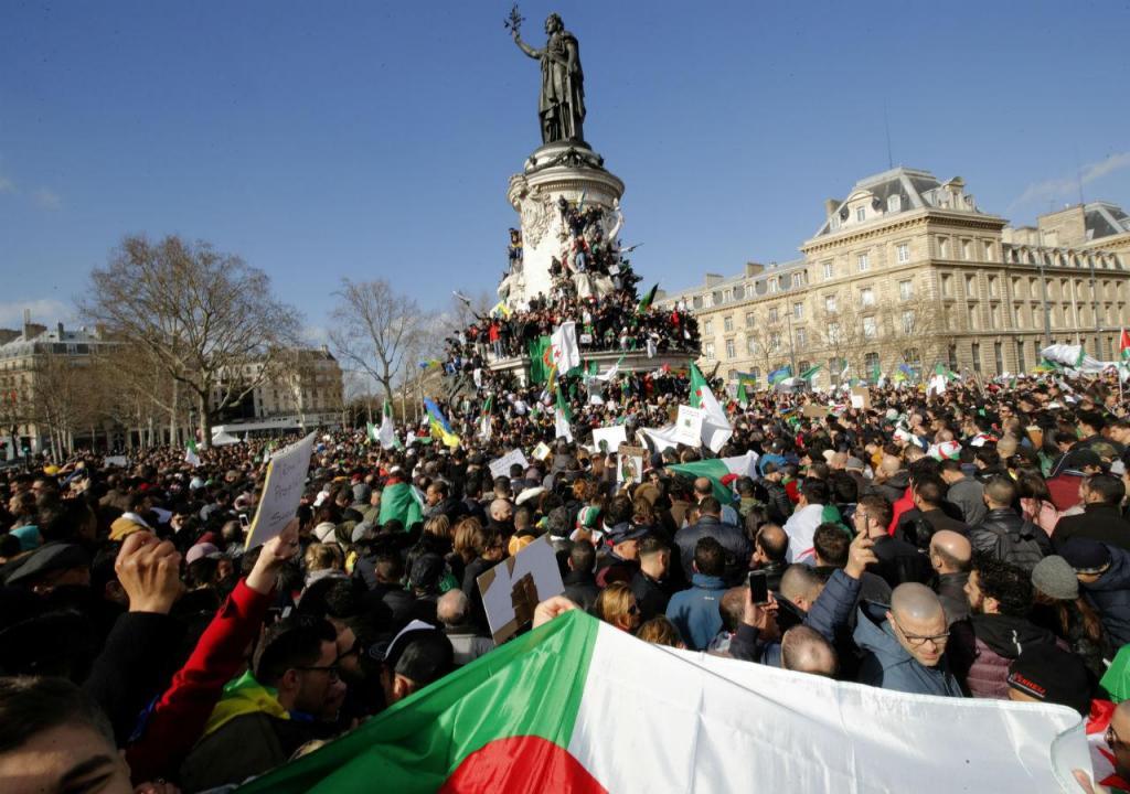 Milhares de argelinos manifestam-se em Paris contra Abdelaziz Bouteflika