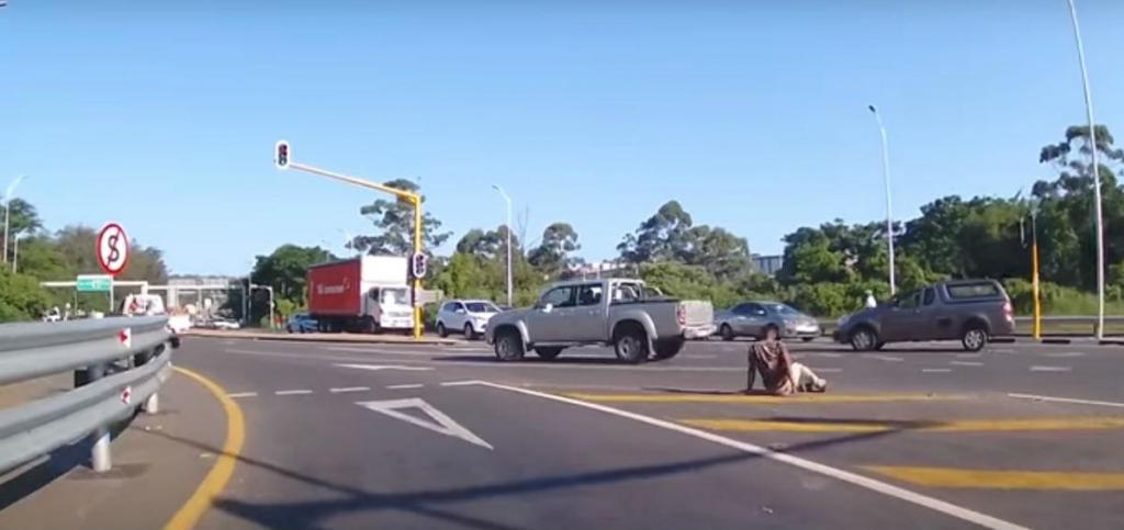 Acidente com 'passageiro' de pick-up (reprodução YouTube)