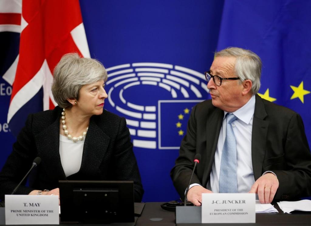 Theresa May com Jean-Claude Juncker