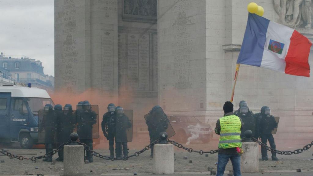 Manifestantes e polícia em confronto nas manifestações do movimento coletes amarelos em Paris