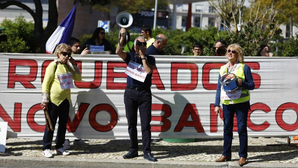 Lesados do BES pedem demissão de Carlos Costa
