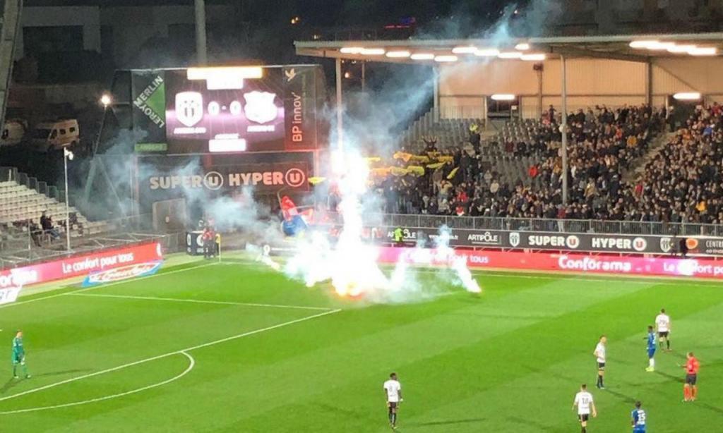 Adeptos do Nantes interromperam jogo do Amiens