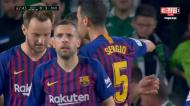 Com quatro do Betis pela frente, Suarez faz o 3-0 para o Barça