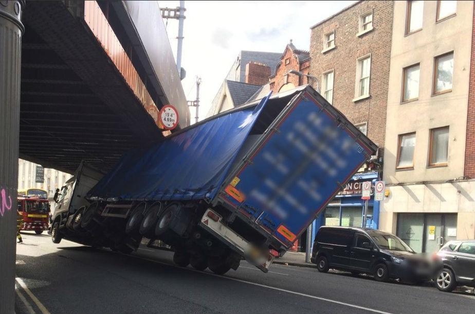 Acidente com camião na Irlanda (reprodução Twitter Dublin Fire Brigade)
