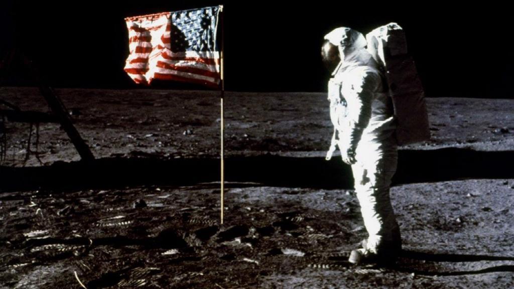Edwin E. Aldrin junto à bandeira dos EUA depois da aterragem do módulo lunar