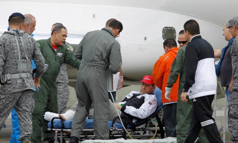 Rafael Henzel ao ser resgatado no acidente com avião da Chapecoense (REUTERS/Fredy Builes)