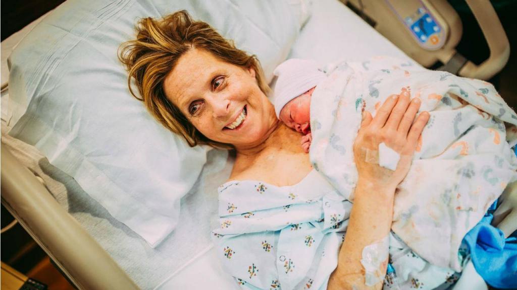 Avó dá à luz neta