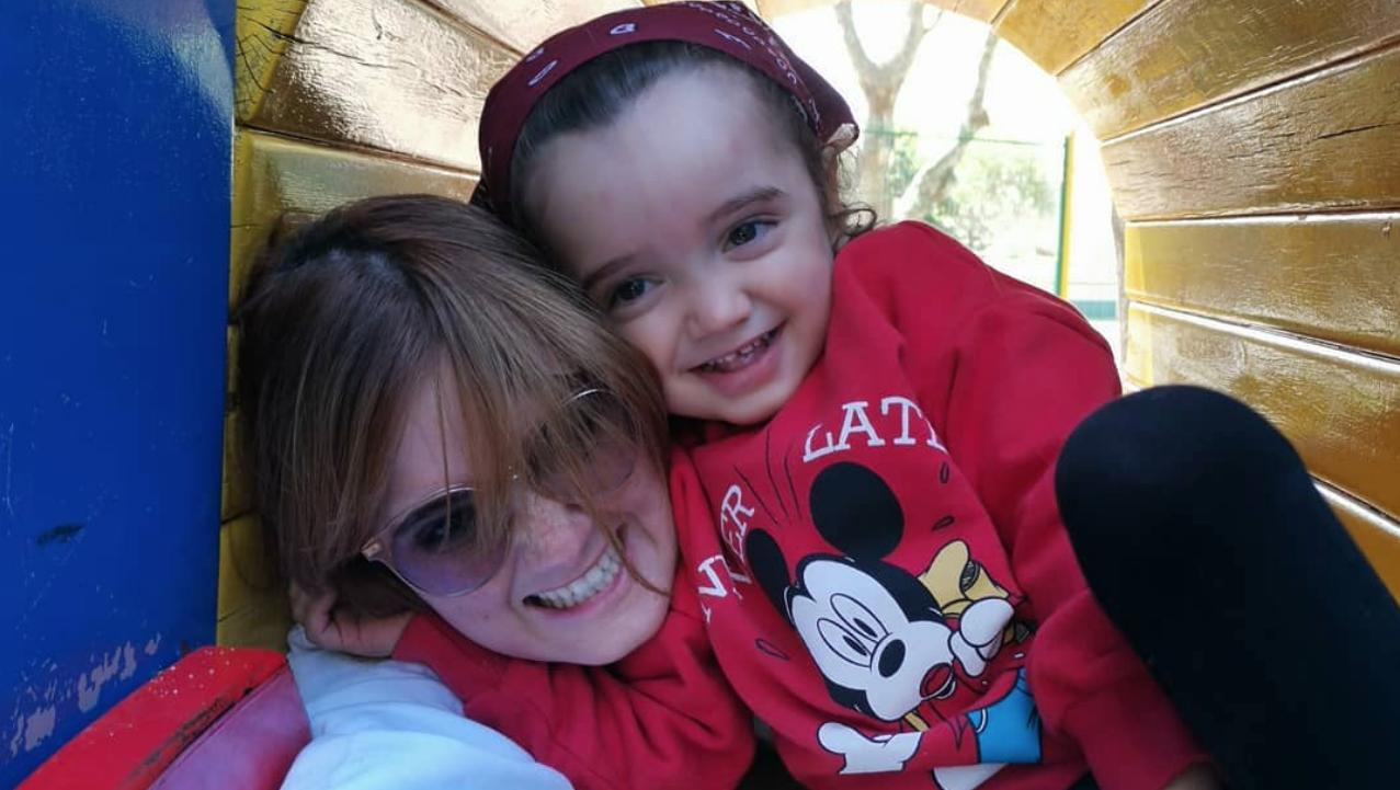 As incríveis semelhanças entre Carolina Deslandes e o filho mais velho