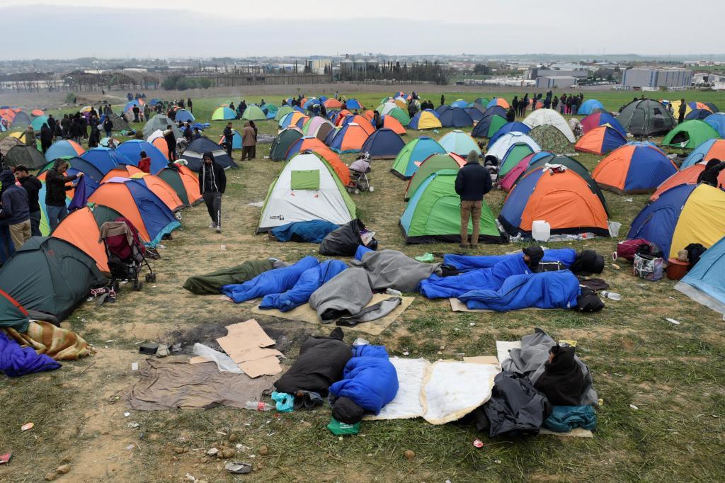 Conflitos entre refugiados e polícia na Grécia, onde centenas de migrantes estão presos desde que os Balcãs fecharam fronteiras com o território grego.