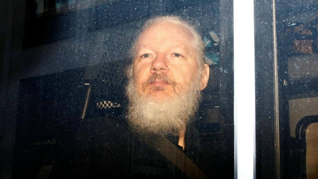 Julian Assange, fundador da WikiLeaks, foi detido em Londres após sete anos na embaixada do Equador. Governo equatoriano retirou-lhe o asilo e convidou a polícia inglesa a deter o ativista australiano, que foi retirado à força da embaixada