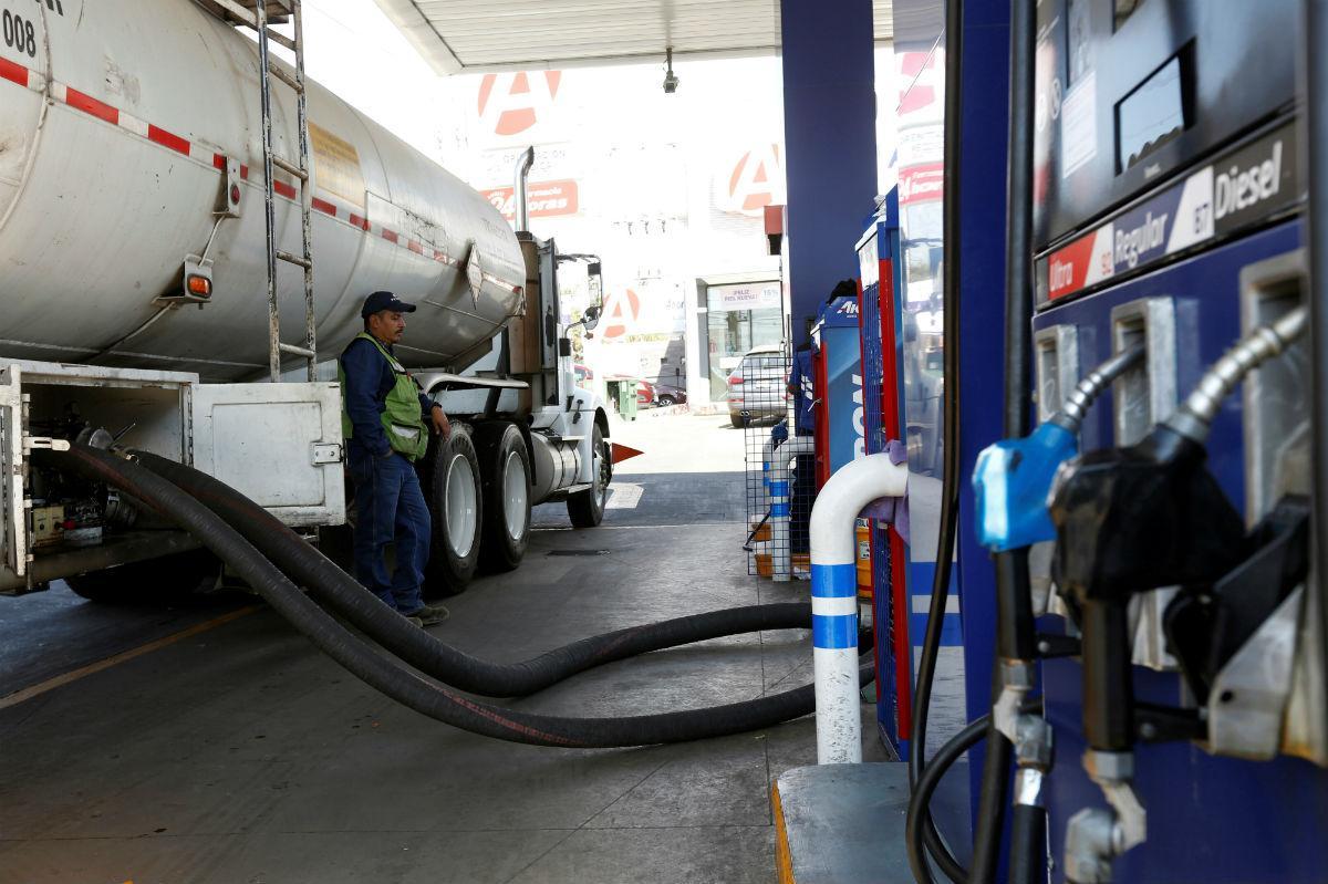 Camião cisterna de abastecimento de combustíveis (Reuters)
