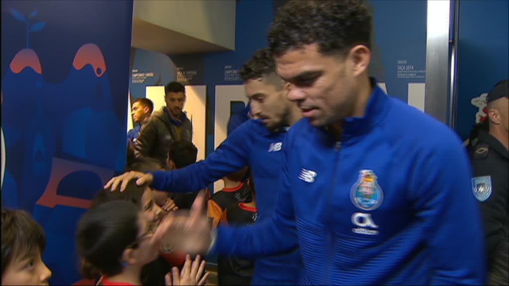 Pepe faz questão de abraçar todos os miúdos que acompanham os jogadores