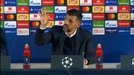 Conceição dá duas palmadas na mesa antes de deixar a conferência
