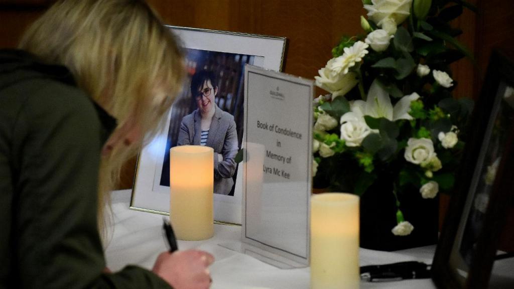 Homenagem à jornalista Lyra McKee
