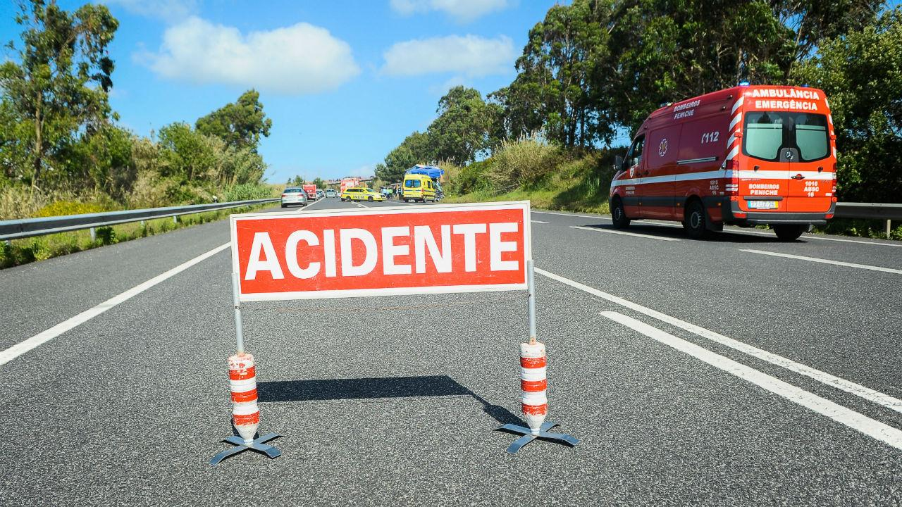 Colisão entre dois autocarros faz dez feridos no Seixal - TVI24