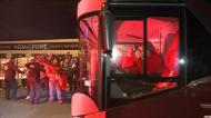 Autocarro do Benfica recebido por adeptos em euforia