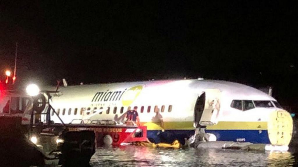 Avião comercial cai em rio nos EUA