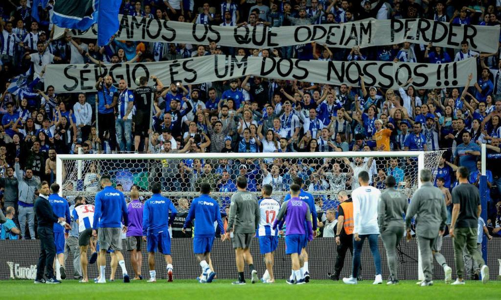 Equipa do FC Porto voltou ao relvado para falar com as claques (Fernando Veludo/Lusa)