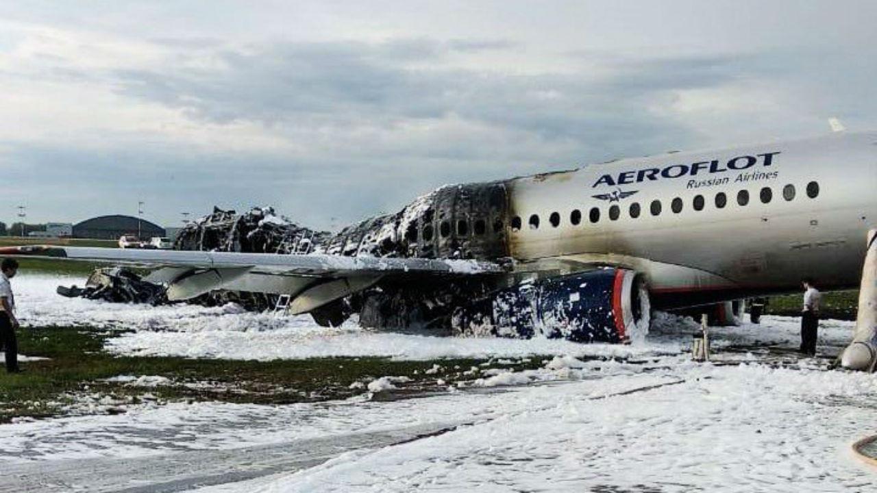 Avião incendeia-se após aterragem de emergência na Rússia