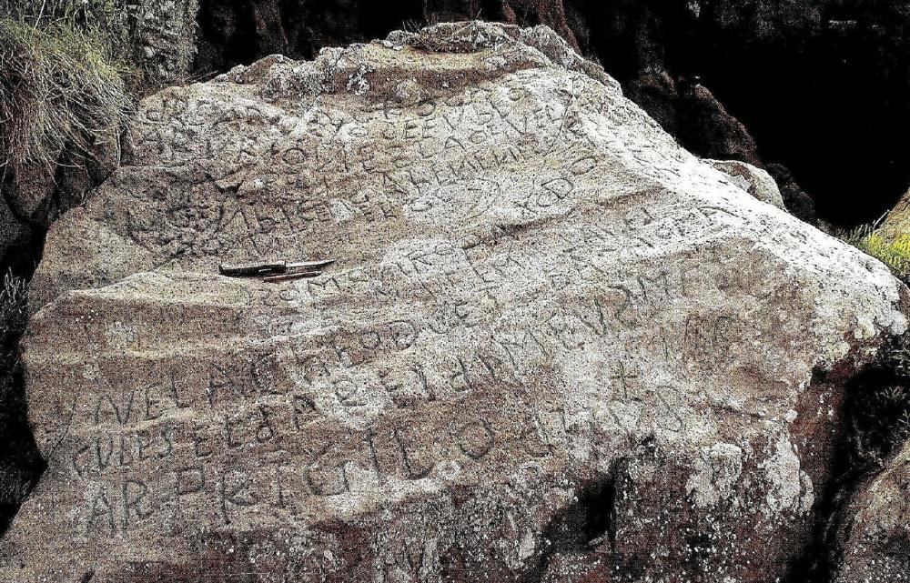 Pedra com inscrições na vila de Plougastel-Daoulas, em França