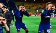 Jogadores do Derby County gozam com Bielsa
