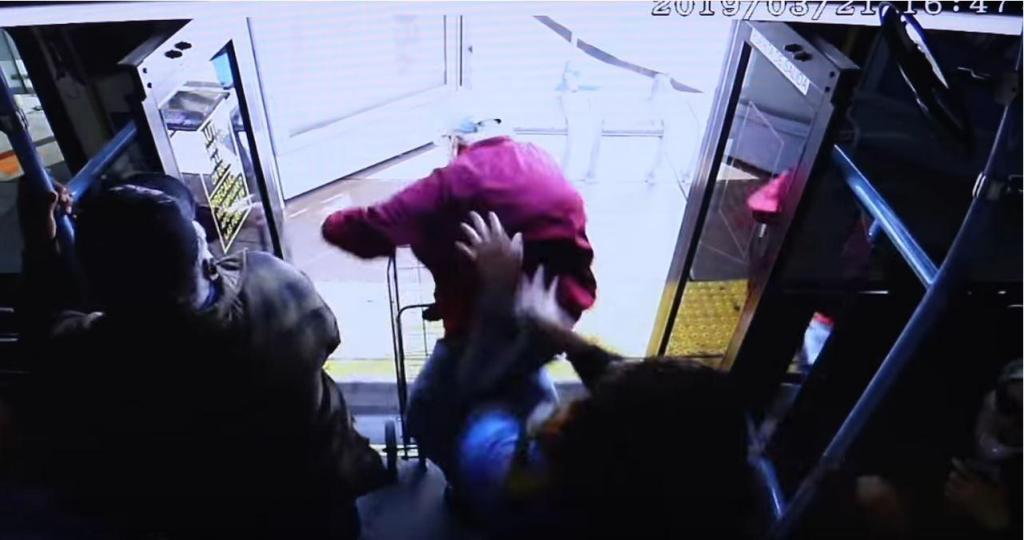 Idoso empurrado de autocarro