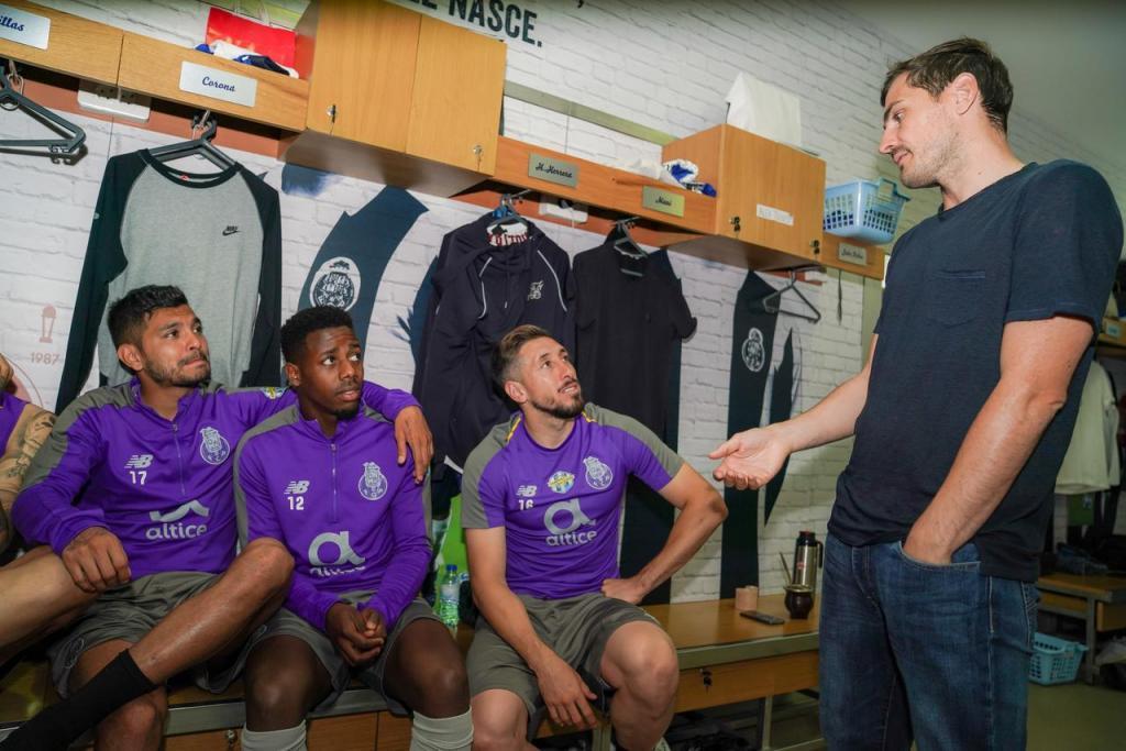 Iker Casillas visita companheiros no treino do FC Porto