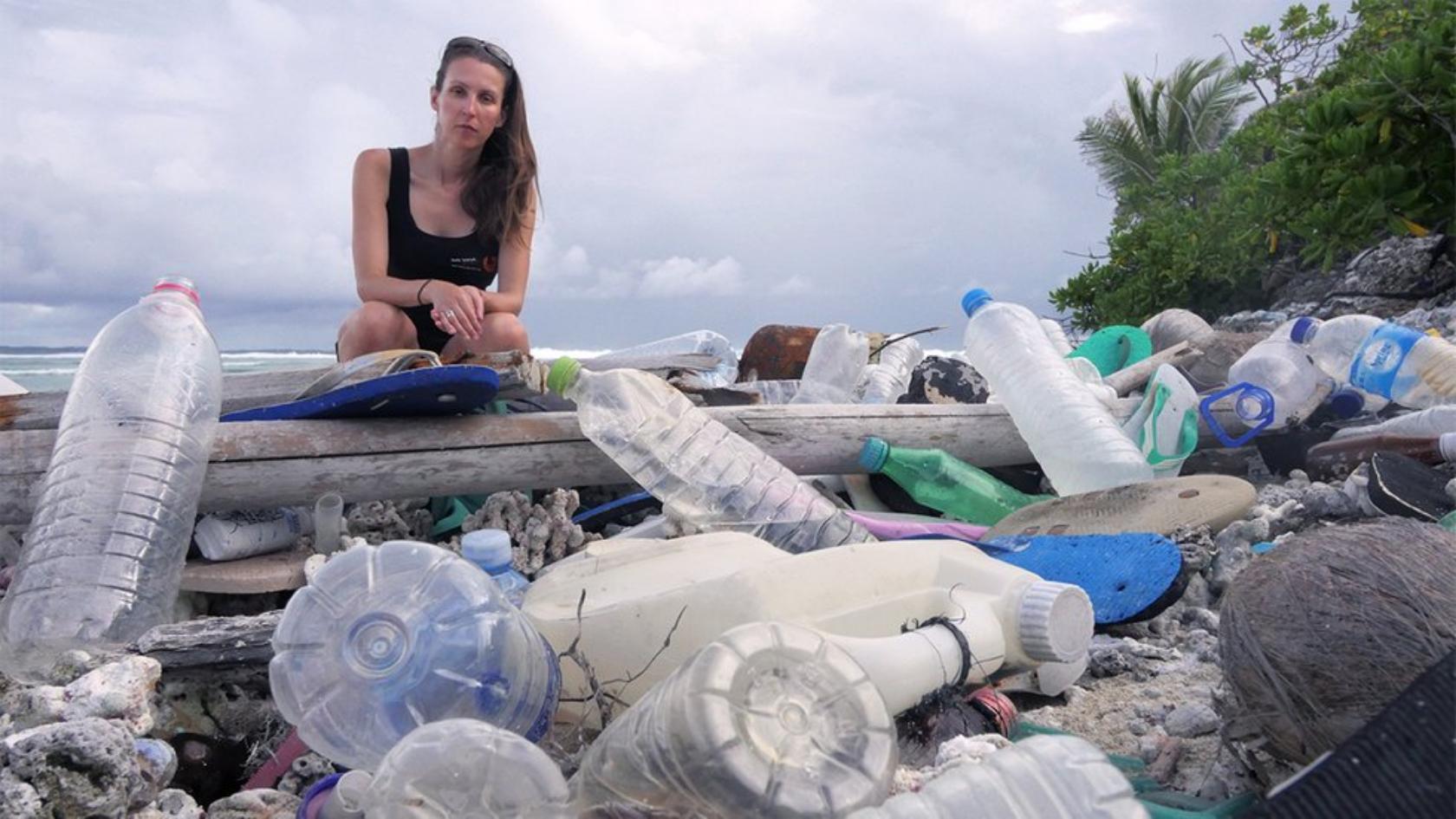 Ilhas Cocos, na Austrália, com toneladas de plásticos poluentes