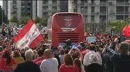 Autocarro do Benfica engolido por mar vermelho à saída do centro de estágio