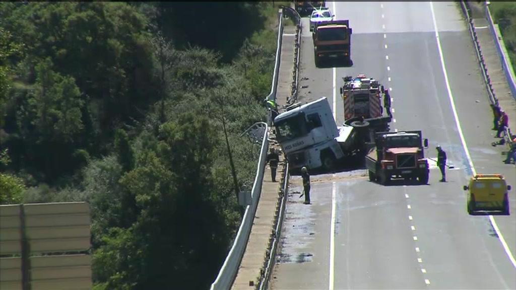 Camião despista-se e causa derrame de acetona no IC8