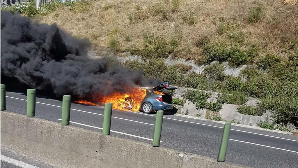 Carro arde na A1