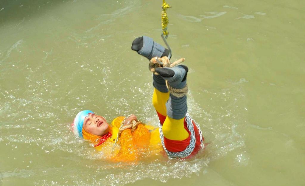 Chanchal Lahiri, o mágico, no momento em que se deixou submergir nas águas do rio
