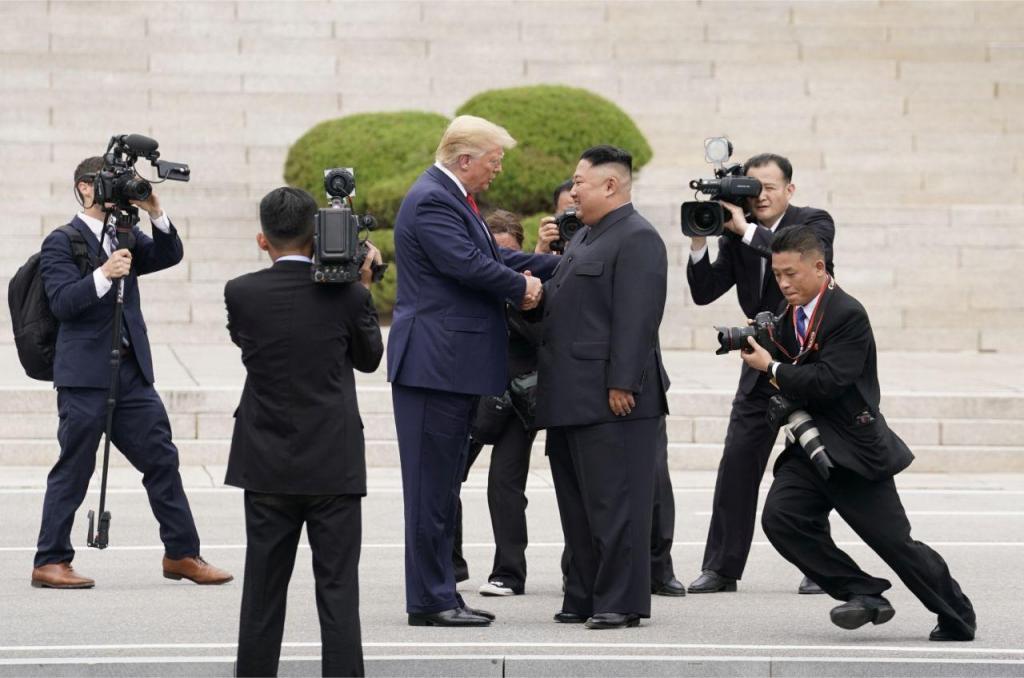 Donald Trump e Kim Jong-un encontram-se na Coreia do Norte