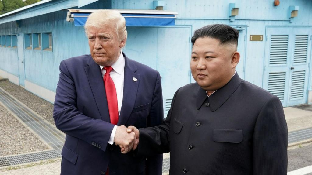 Donald Trump e Kim Jong-un encontram-se na Coreia do Norte