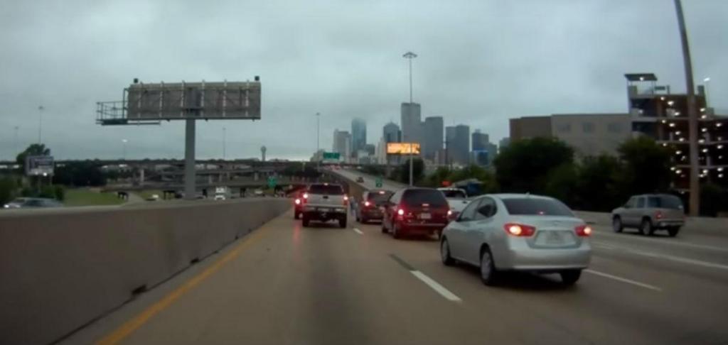 Acidente na autoestrada em Dallas (reprodução YouTube)