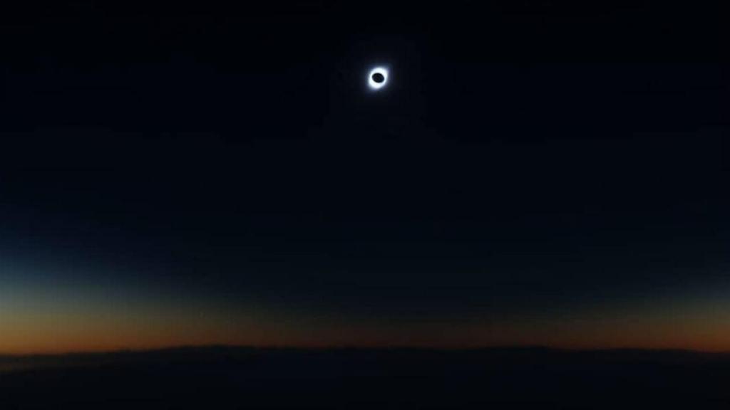 Eclipse solar através da janela do avião